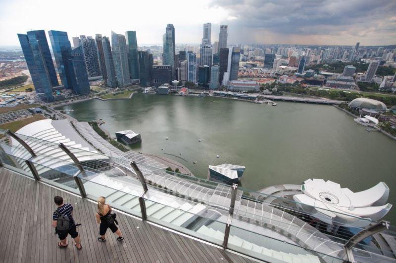 Varios jóvenes pasean por Singapur. / BLOOMBERG