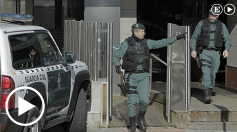 Policía ena sede de Acuamed en Madrid / El País