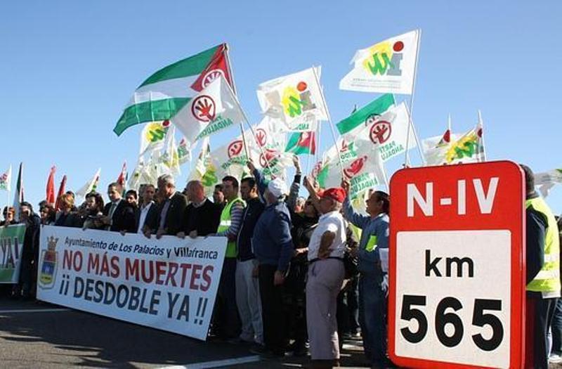Manifestación en 2012 para pedir el desdoble de la N-IV a su paso por Los Palacios - ABC