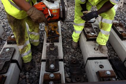 Obras de mantenimiento en una vía ferroviaria. / Adif