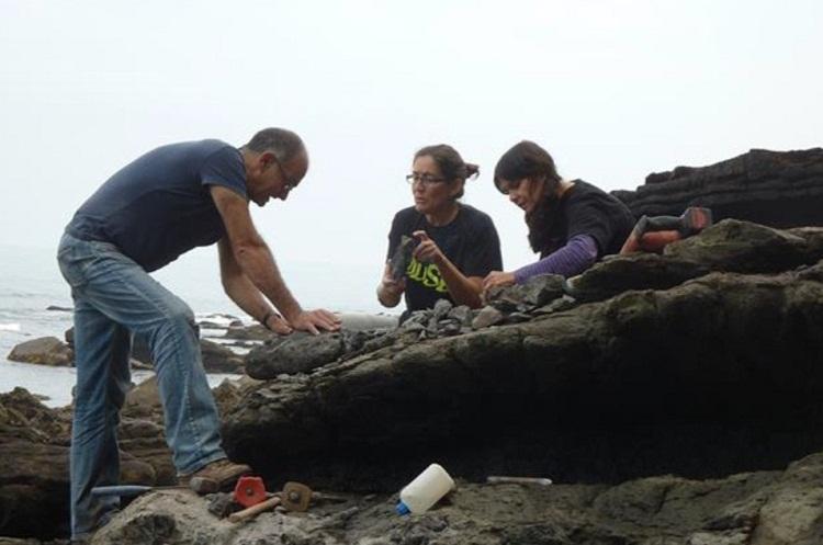 Graciela Delvene y Rafael Pablo Lozano del Museo Geominero y Laura Piñuela del MUJA tomando muestras en el yacimiento de Abeu (Ribadesella).