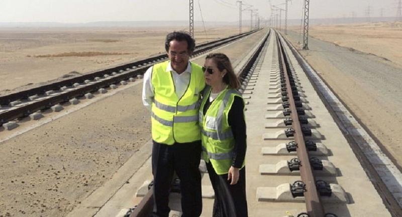 Ana Pastor visita en Arabia las primeras pruebas del AVE del desierto. (EFE)