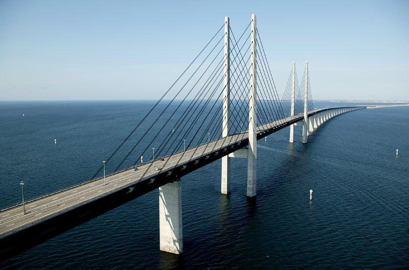 Increíbles columnas de acero y hormigón de 204 metros de altura sostienen una amplia autopista de 4 carriles y dos vías ferroviarias.