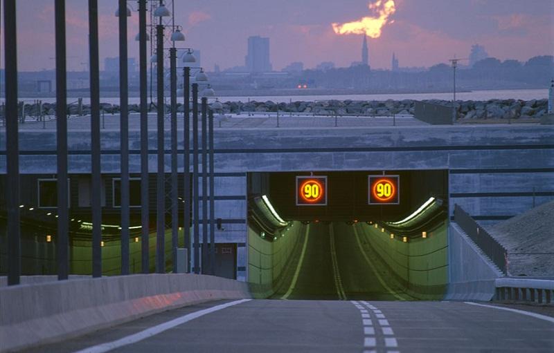 El cambio entre el tramo subterráneo y el puente se realiza en una gran isla artificial.