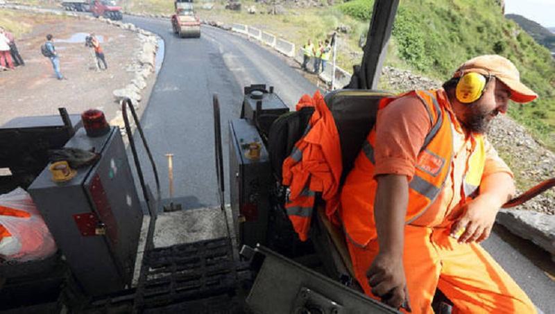 Un operario extiende ayer en La Orkonera la nueva mezcla de asfalto que será analizada.Foto: J. Lazkano / Deia
