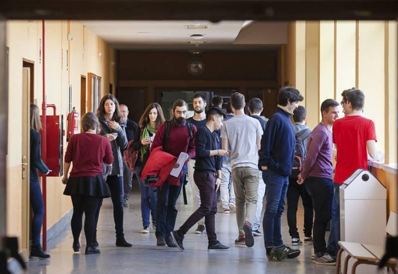 Alumnos en los pasillos de la Escuela de Ingeniería Aeronáutica