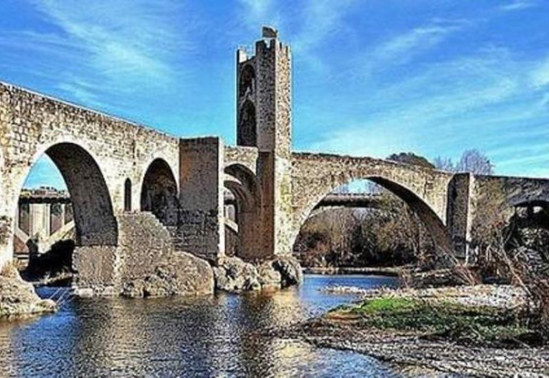 Puente de Besalú (Gerona, Cataluña)