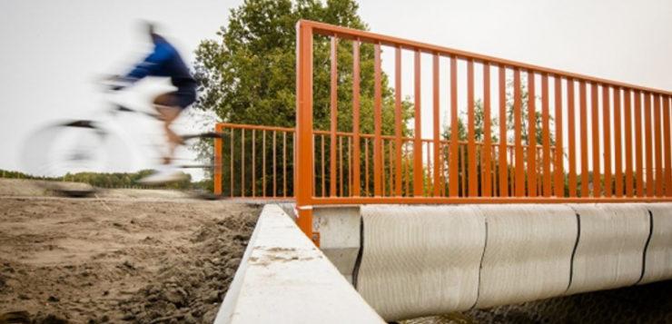 Holanda inaugura el primer puente construido con una impresora 3D