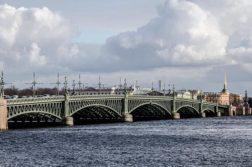 puente nuevo sobre rio Neva