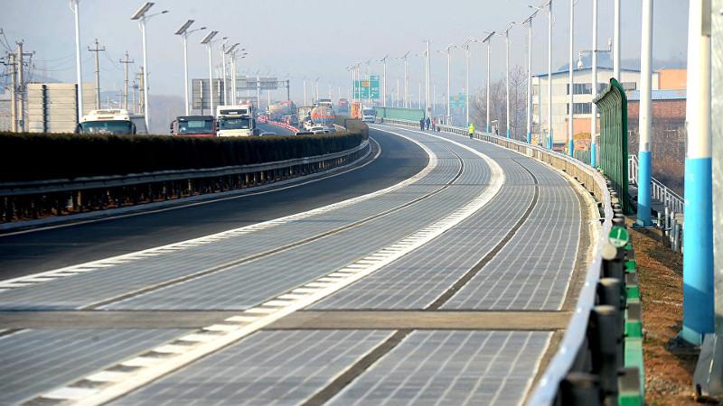 Carretera asfaltada con celdas solares recargará vehículos autónomos