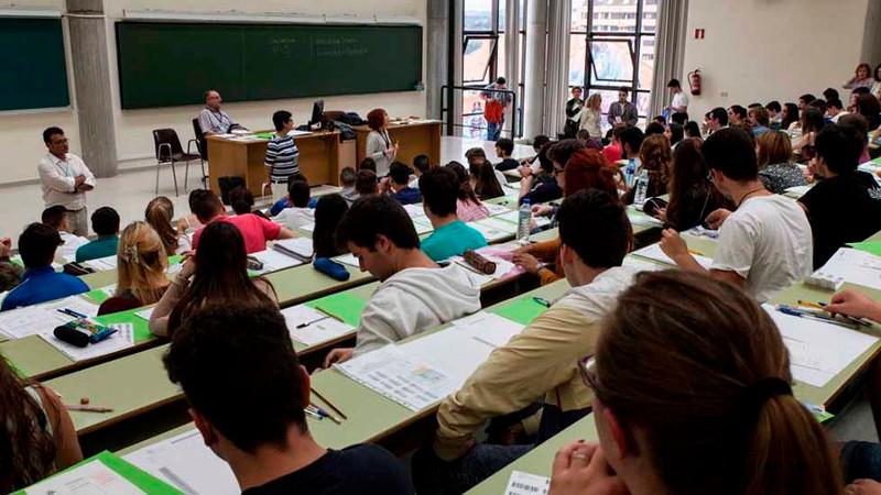 estudiantes-examinandose